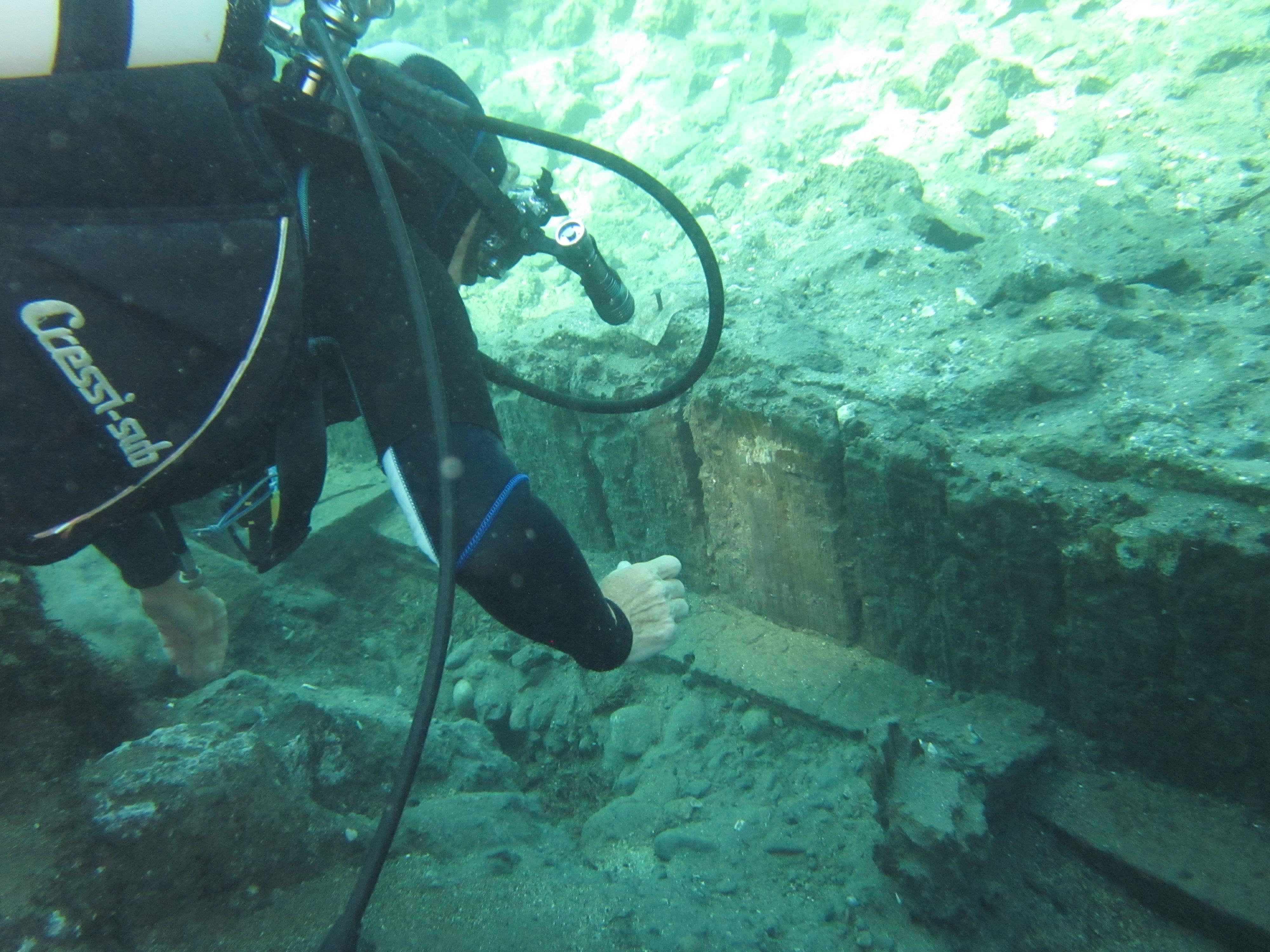 Fig. 3: Aenaria, resti della banchina portuale