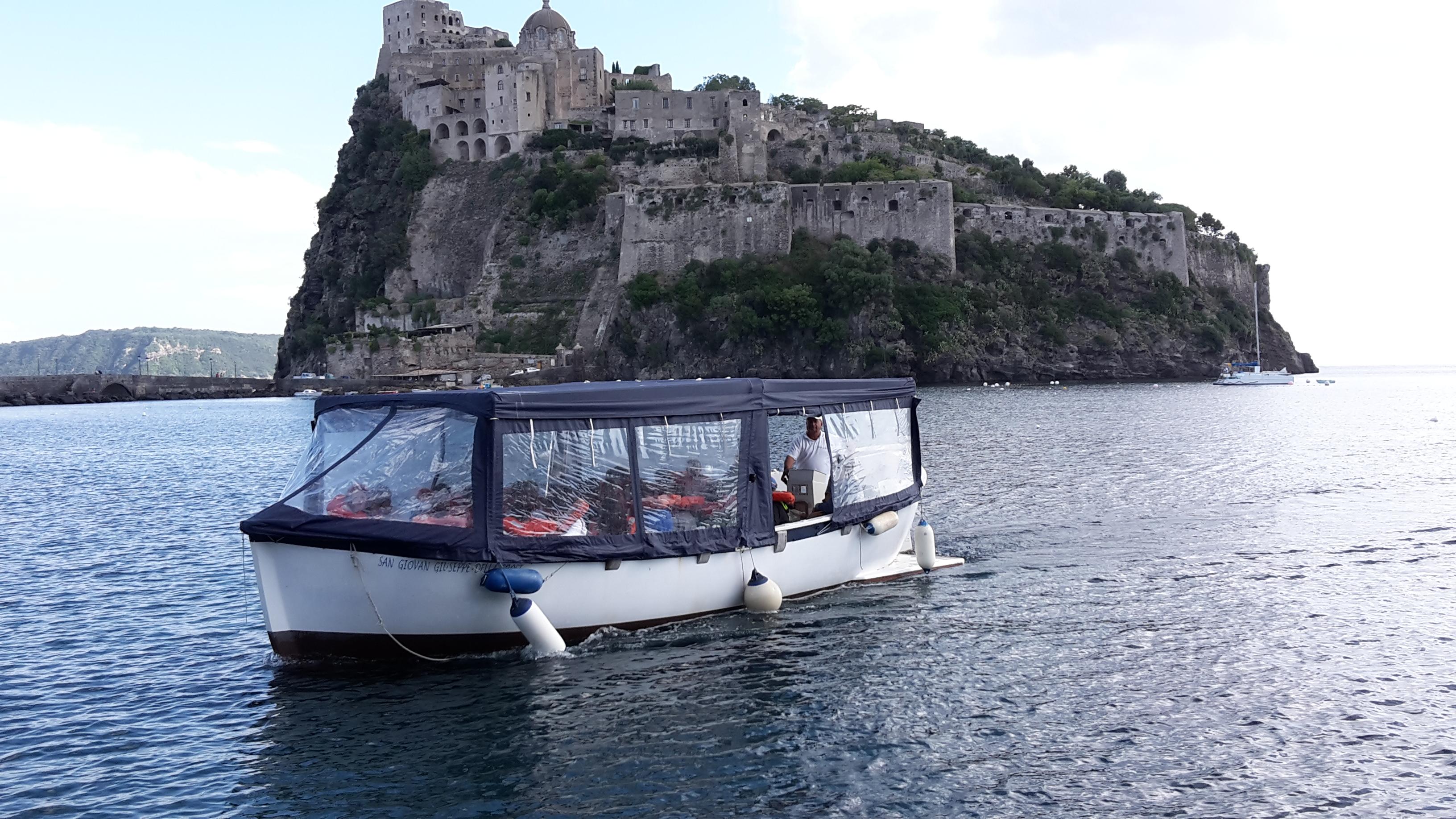 Fig. 5: La barca con fondo trasparente adibita alle visite guidate in mare.