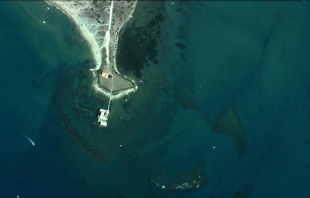 Fig. 10: Torre Astura, l'attuale conformazione della costa. Si vedono in trasparenza la peschiera che circonda l'estremità della punta ed il grande bacino portuale.