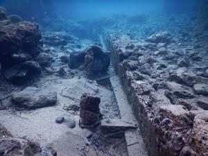 Fig. 12: Cartaromana, resti della banchina portuale e della cassaforma lignea utilizzata per la sua costruzione.