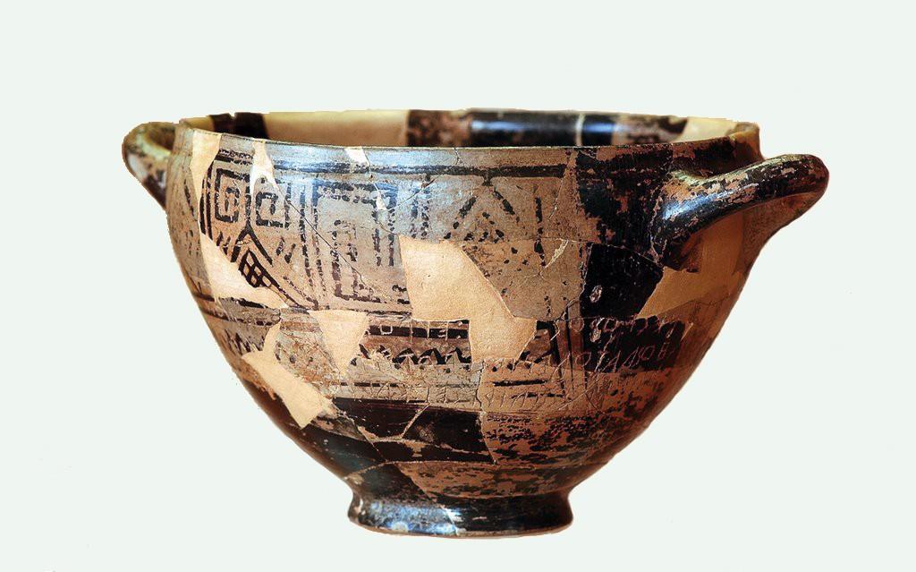 Fig. 4 La c.d. coppa di Nestore, attualmente esposta al Museo Archeologico di Pithecusae a Lacco Ameno (Ischia).
