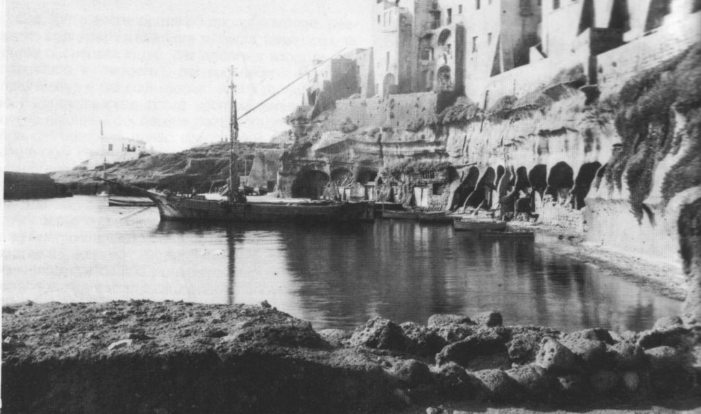 Fig. 8: Il porto romano di Ventotene in una immagine di inizio secolo.