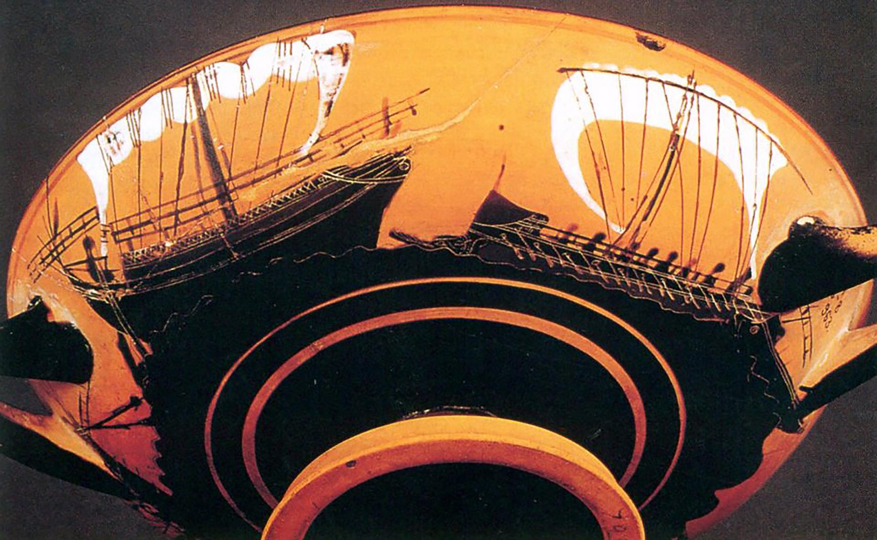 Fig. 5 Coppa attica a figure nere decorata con una scena di pirateria. Una nave lunga si contrappone ad una nave commerciale.