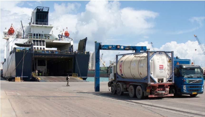 Figura 3. Un contenitore di agenti chimici libici viene controllato da uno scanner mobile prima di salire a bordo della Ark Futura nel porto di Misurata.