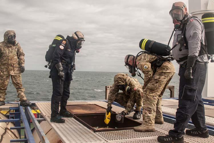 Figura 4. Specialisti della Danish Emergency Management Agency e ispettori dell'OPCS analizzano il contenuto di una cisterna a bordo della Ark Futura.