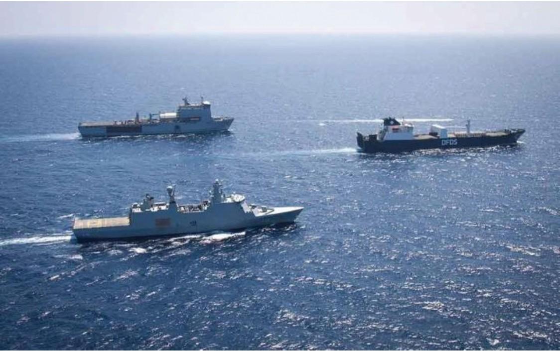 Figura 5. La Ark Futura in navigazione scortata dalla fregata ibrida danese HMDS Absalon e dalla nave appoggio RFA Mounts Bay della marina militare inglese (Ministero della difesa danese).