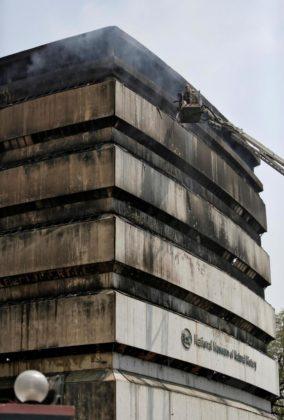 India-incendio-al-palazzo-del-Museo-di-Storia-Naturale-a-Nuova-Delhi-1-284x420